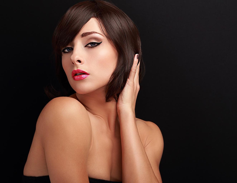 Fotos Braunhaarige Make Up junge Frauen Hand Blick Schwarzer Hintergrund Braune Haare Schminke Mädchens junge frau Starren