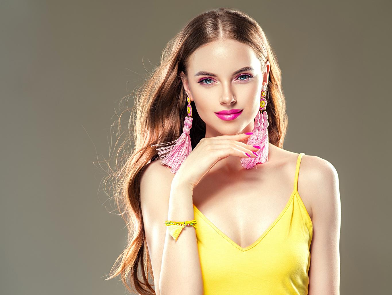 Fotos von Braunhaarige Schön Mädchens Hand Ohrring Blick Grauer Hintergrund Braune Haare Starren