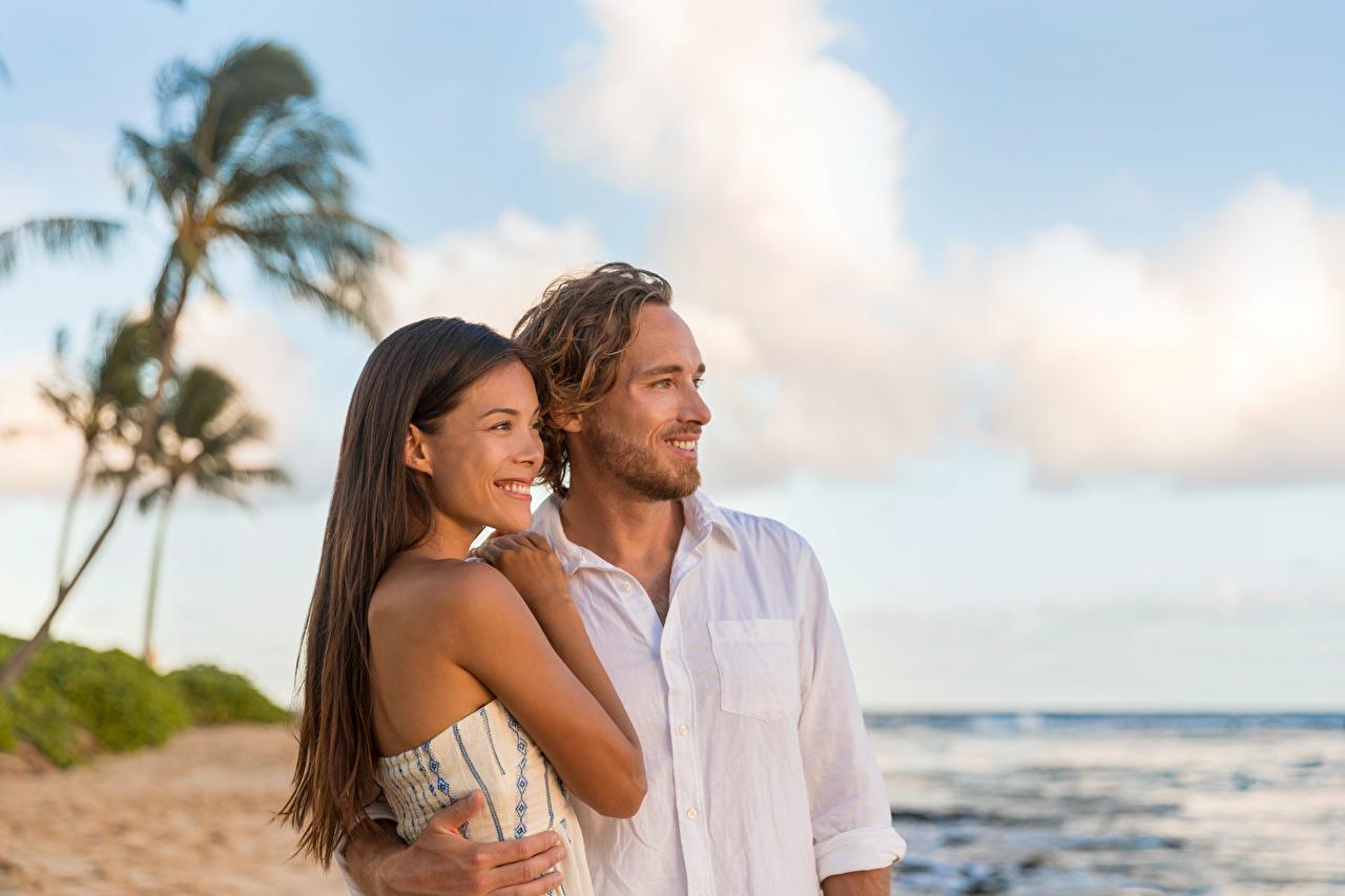 Bilder Braunhaarige Mann Lächeln Zwei Liebe Mädchens Braune Haare 2 junge frau junge Frauen