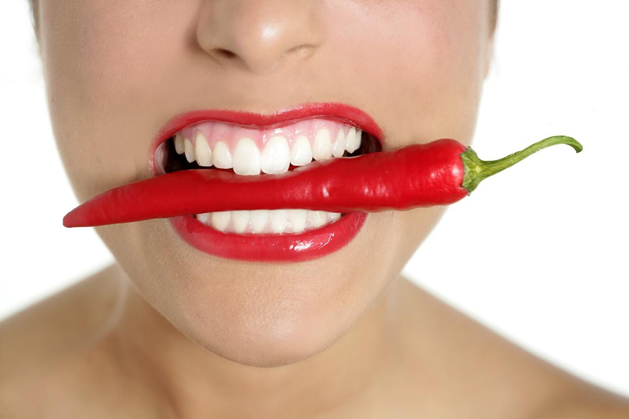 Bilder Mädchens Chili Pfeffer Zähne Rote Lippen Großansicht Weißer hintergrund