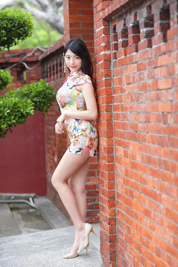 Fotos Brünette Pose junge Frauen Bein Asiaten Starren Kleid Stöckelschuh  für Handy posiert Mädchens junge frau Asiatische asiatisches Blick High Heels