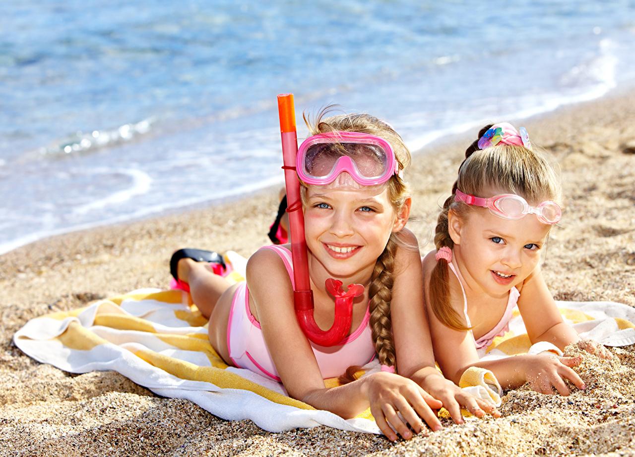 4a52ceeaed Hintergrundbilder Kleine Mädchen Kinder Strände 2 Brille Starren kind Strand  Zwei Blick