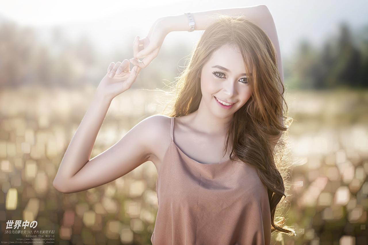 Fotos Lächeln Bokeh Mädchens Asiaten Hand Blick unscharfer Hintergrund junge frau junge Frauen Asiatische asiatisches Starren