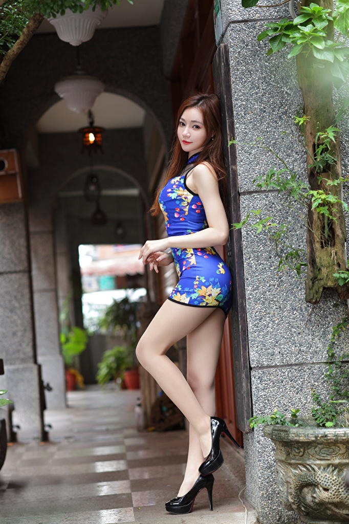 Desktop Hintergrundbilder Pose Mädchens Bein asiatisches Blick Kleid High Heels  für Handy posiert junge frau junge Frauen Asiaten Asiatische Starren Stöckelschuh