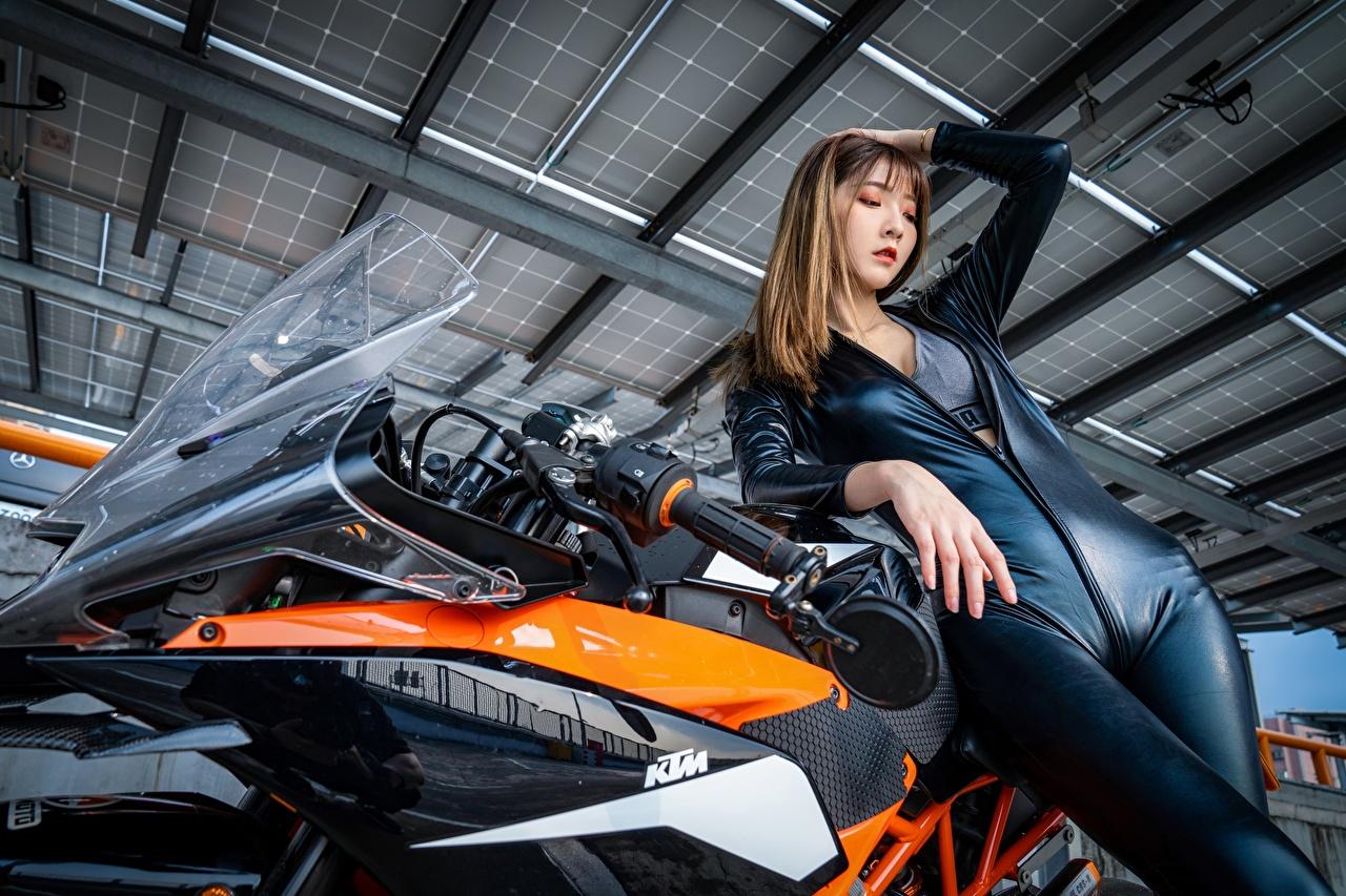 Bilder KTM Motorrad Latex Braunhaarige Pose Motorrad Mädchens asiatisches Hand Braune Haare posiert junge frau Motorräder junge Frauen Asiaten Asiatische