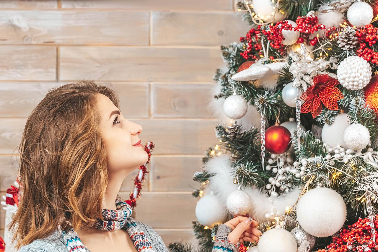 Bilder von Neujahr Braunhaarige Tannenbaum junge frau wände Kugeln Blick Braune Haare Mädchens Christbaum junge Frauen Weihnachtsbaum wand Mauer Starren