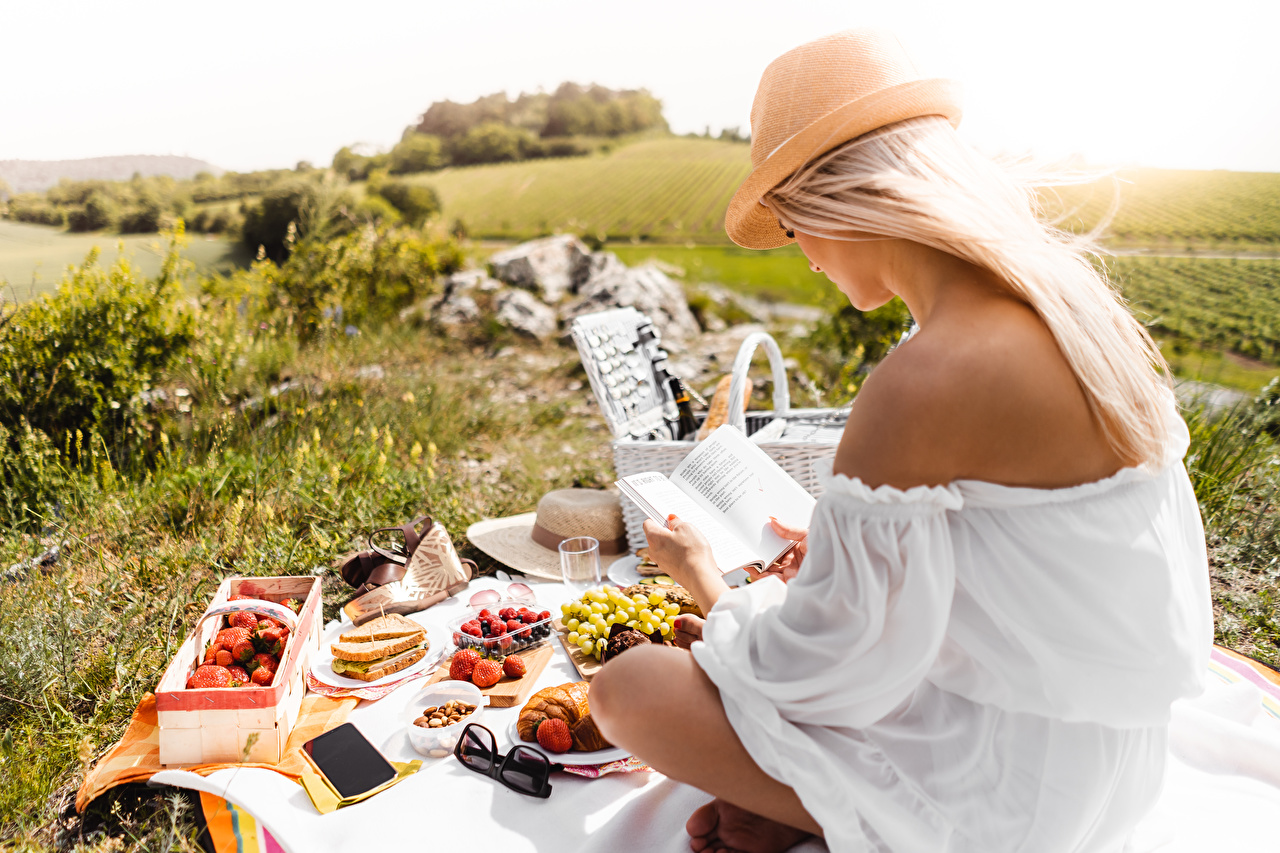 Bilder von Picknick Blond Mädchen Liest Der Hut Mädchens Gras Buch sitzt Blondine Lesen junge frau junge Frauen sitzen Sitzend Bücher
