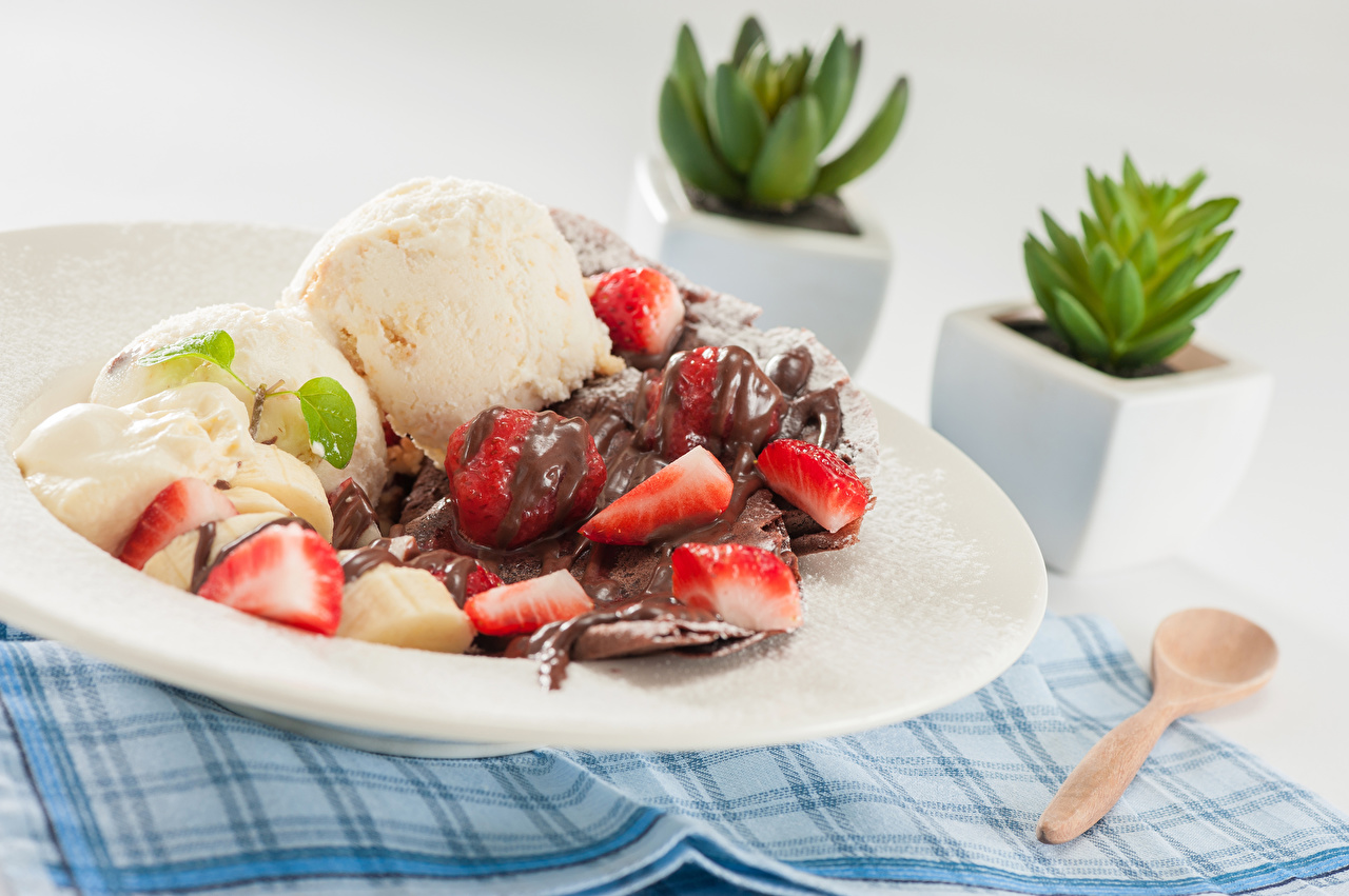 Desktop Wallpapers Chocolate Ice cream Strawberry Food Plate Balls Spoon