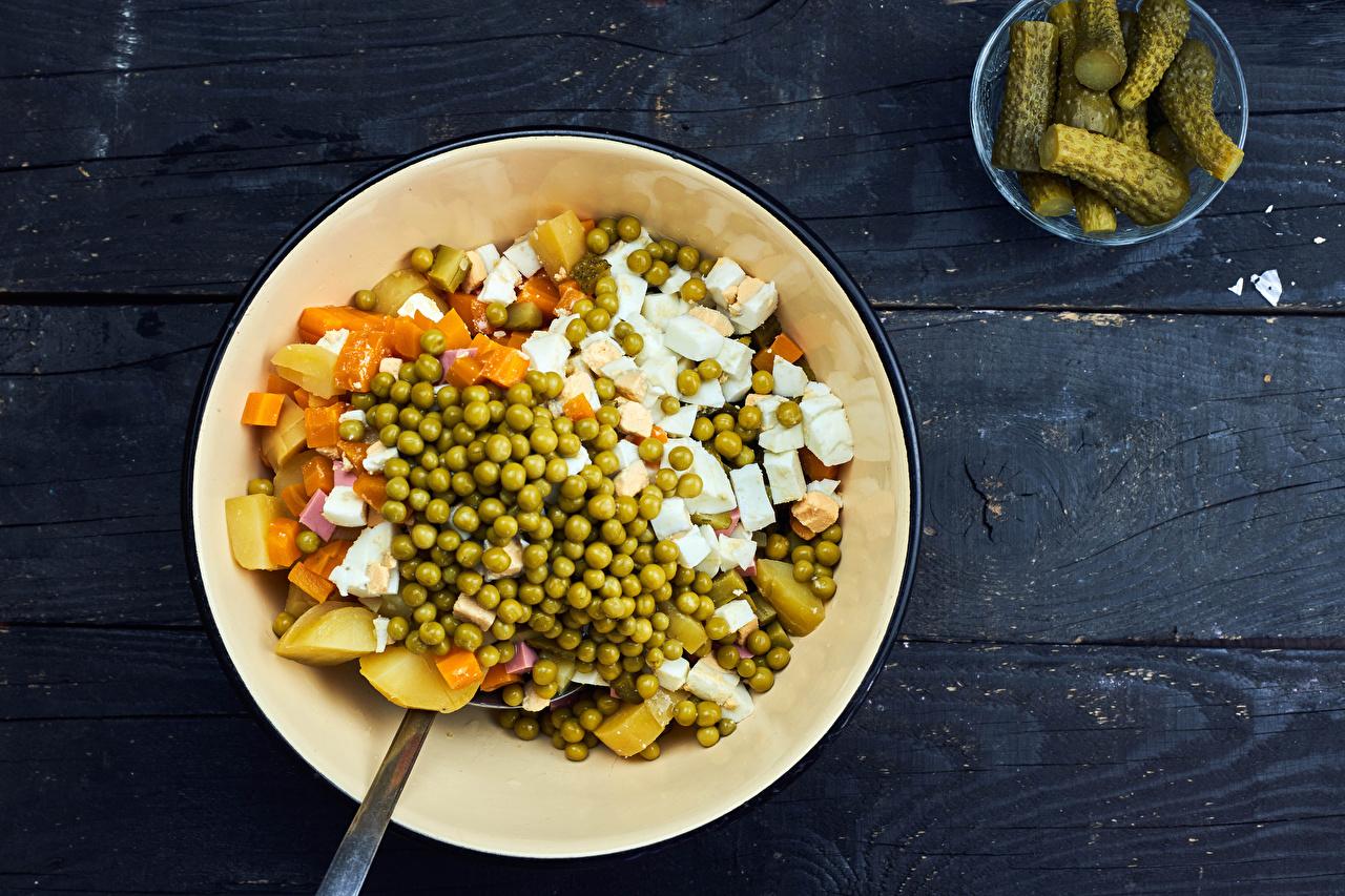 Tapeta na pulpit Olivier salad Ogórki Zielony groszek Talerz Warzywa Sałatka żywność Deski talerzu sałatki Jedzenie