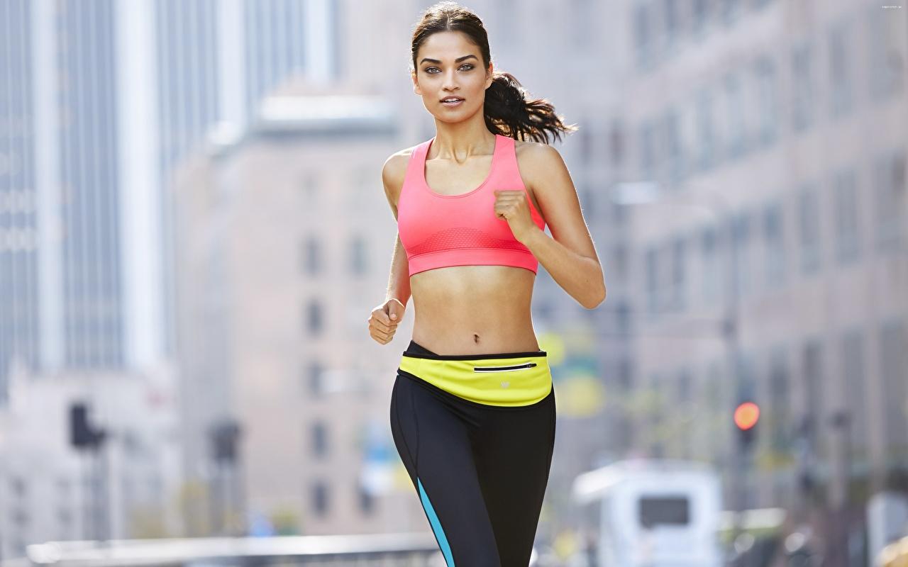 Fotos Brünette Lauf unscharfer Hintergrund Fitness junge Frauen Hand Blick Laufen Laufsport Bokeh Mädchens junge frau Starren