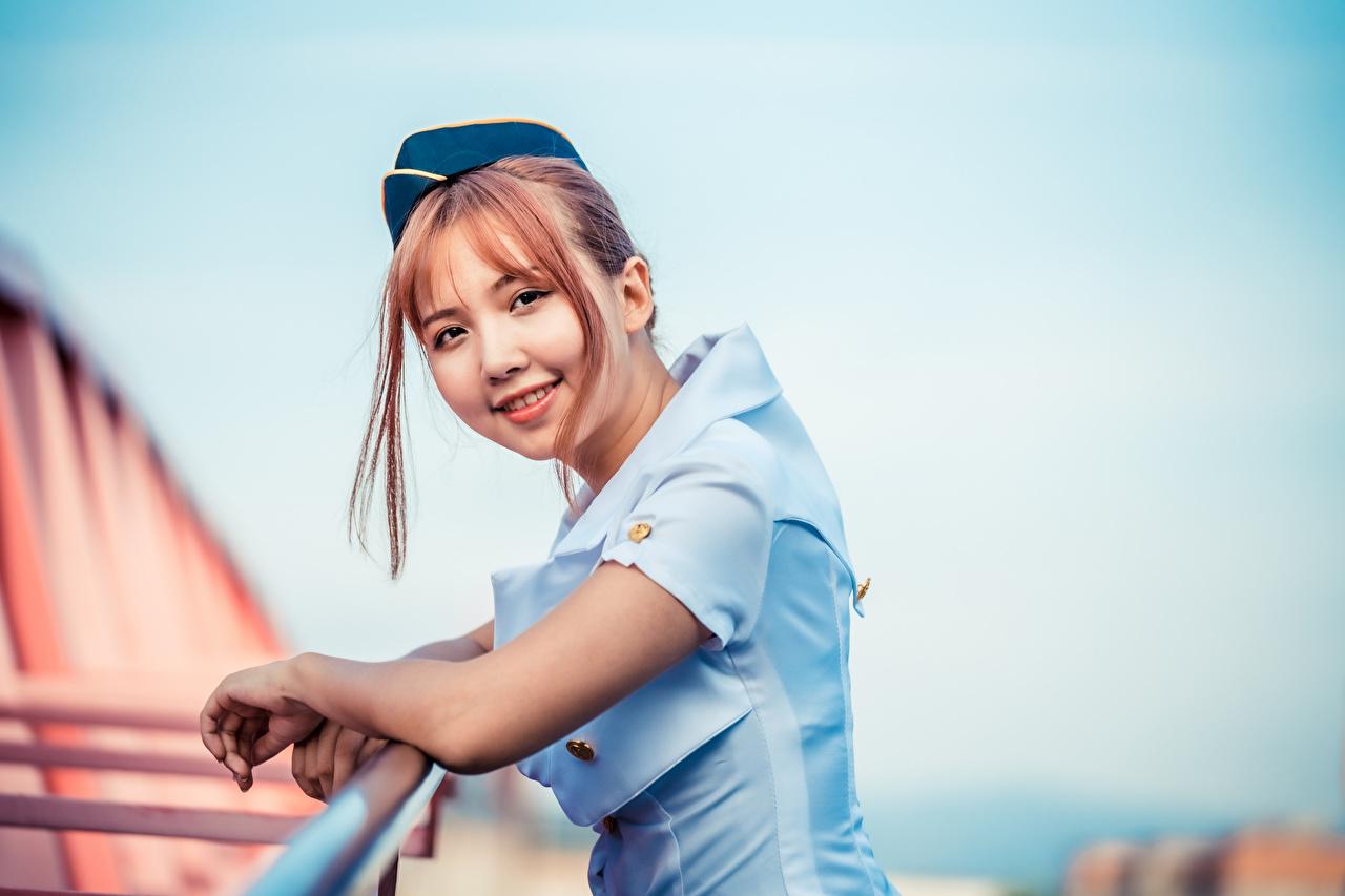 Bilder Flugbegleiter Lächeln Bokeh junge frau asiatisches Uniform Starren unscharfer Hintergrund Mädchens junge Frauen Asiaten Asiatische Blick