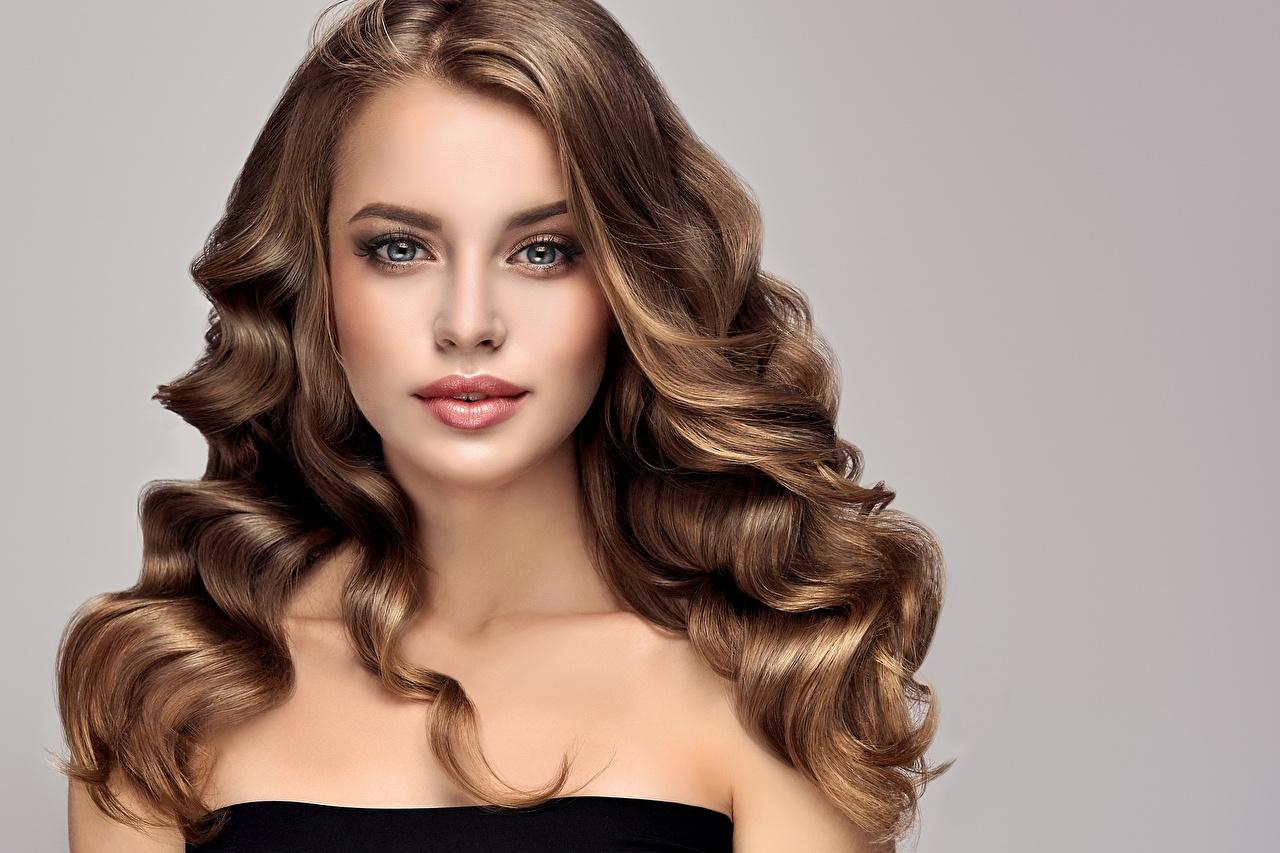 Bilder Mädchens Braunhaarige Haar Frisur Starren Grauer Hintergrund