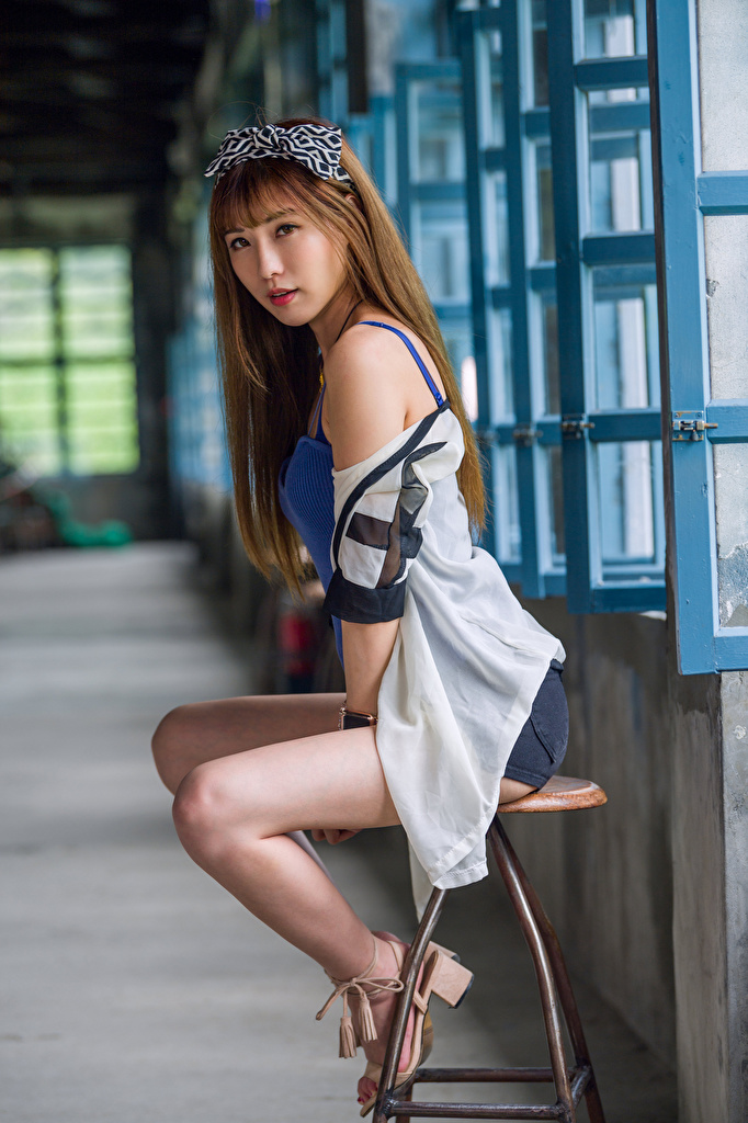 Foto Mädchens Bein Asiatische Stuhl Sitzend Blick  für Handy junge frau junge Frauen Asiaten asiatisches sitzt sitzen Stühle Starren
