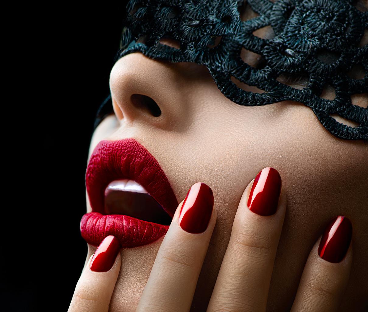 Fotos Maniküre Mädchens Finger Rote Lippen Großansicht Schwarzer Hintergrund junge frau junge Frauen