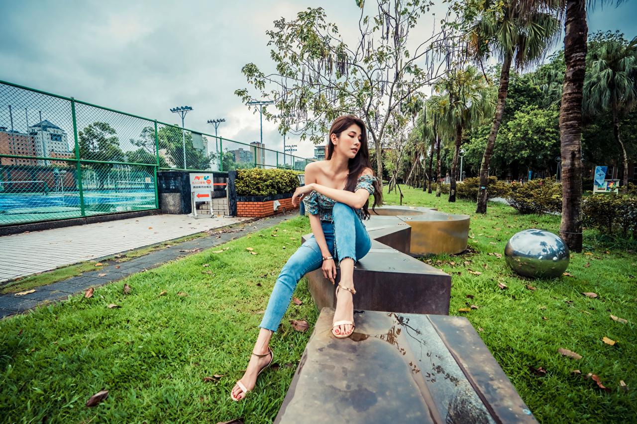 Desktop Hintergrundbilder Mädchens Bein Jeans Asiatische Sitzend junge frau junge Frauen Asiaten asiatisches sitzt sitzen