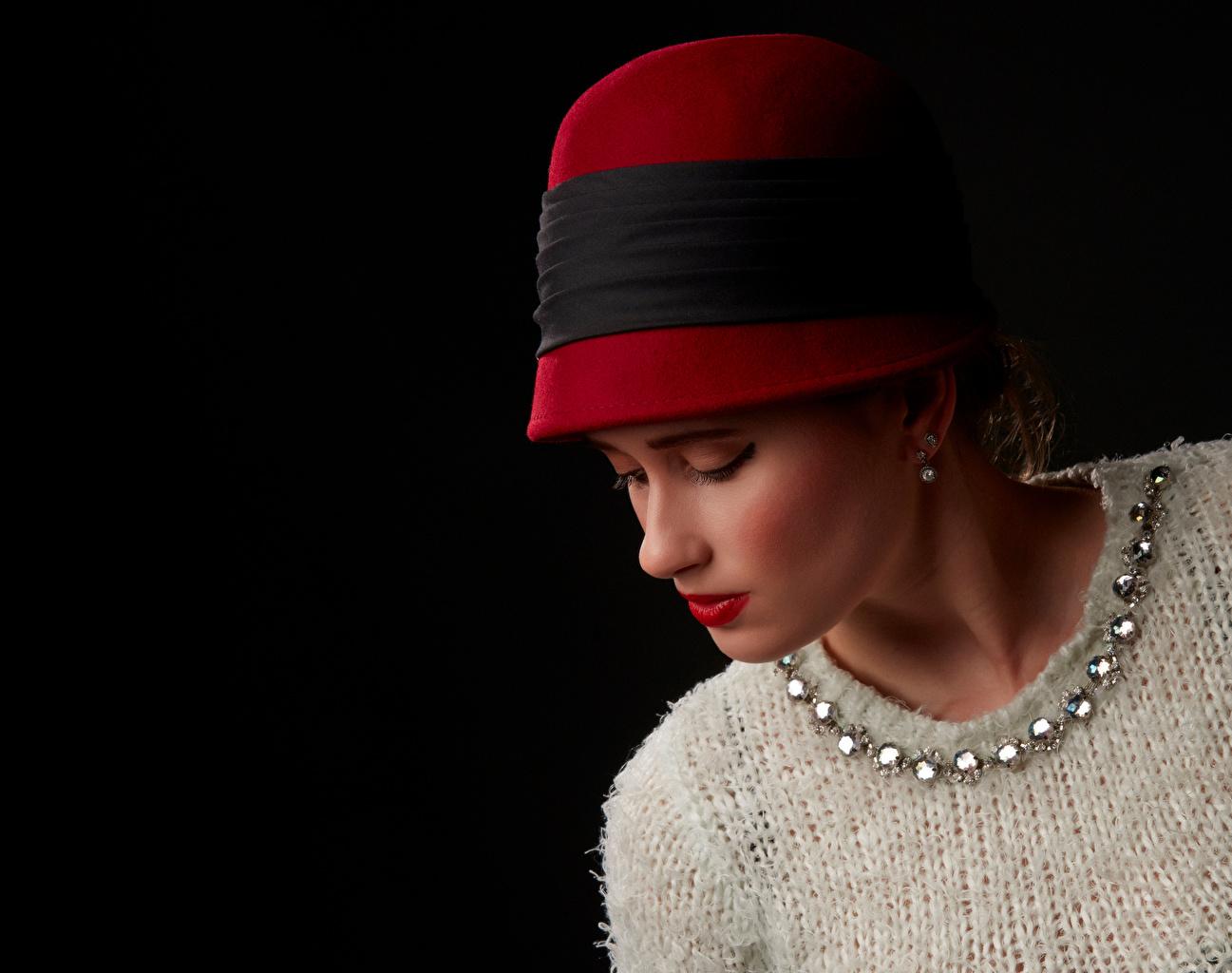 Fotos Der Hut junge Frauen Sweatshirt Rote Lippen Schwarzer Hintergrund Mädchens junge frau