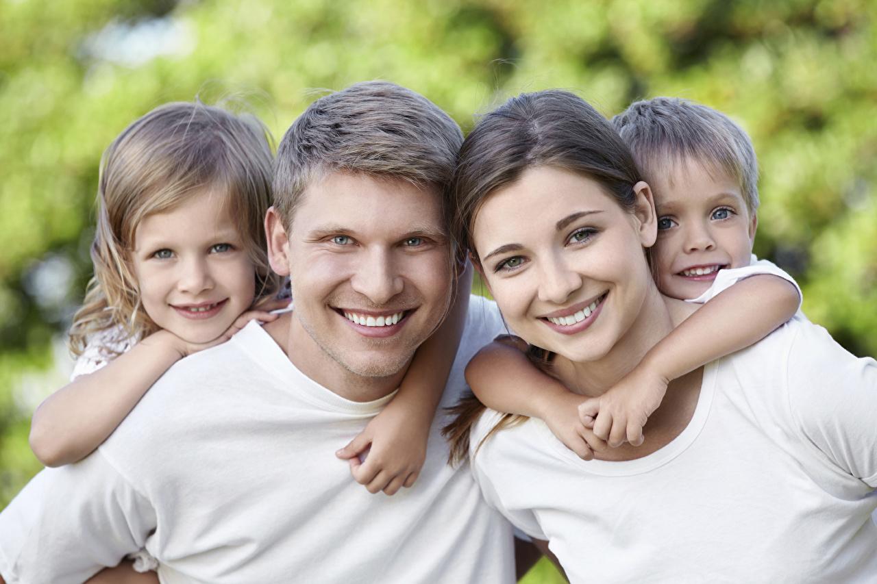 Fotos Kleine Mädchen Junge Mann Lächeln Mutter kind Mädchens Starren jungen Kinder junge frau junge Frauen Blick