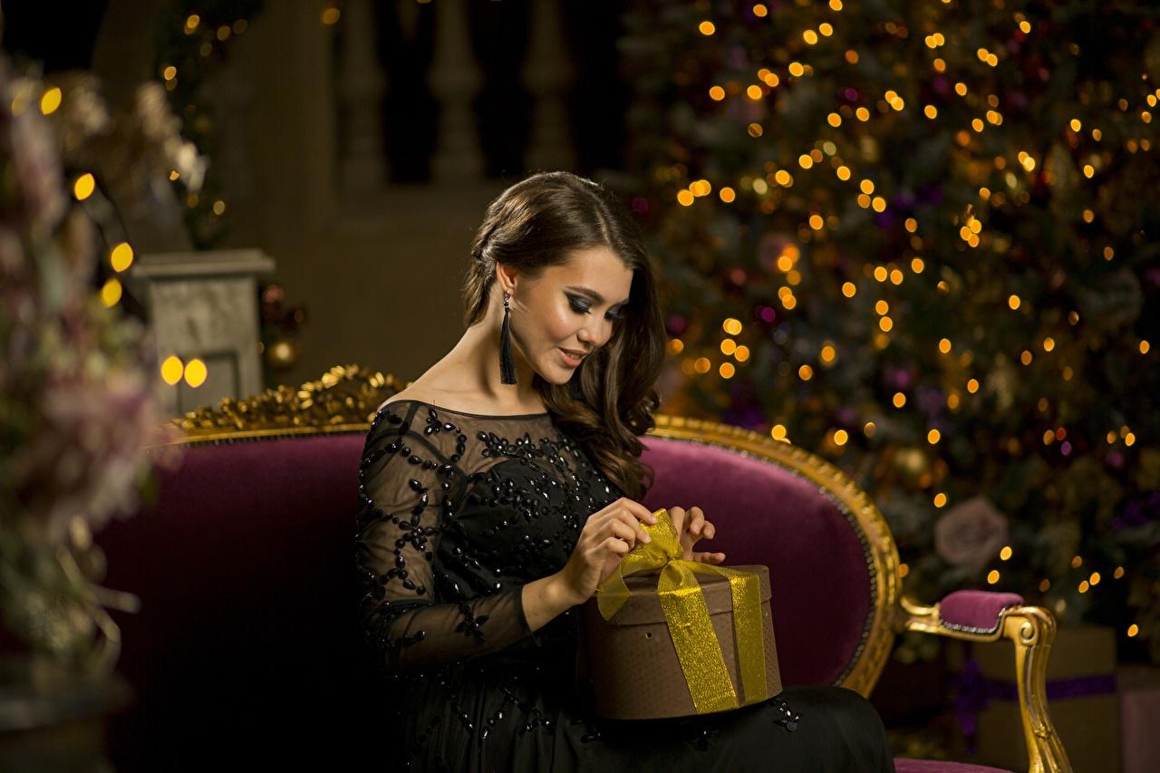 Fotos von Neujahr Braunhaarige junge Frauen Geschenke sitzen Braune Haare Mädchens junge frau sitzt Sitzend