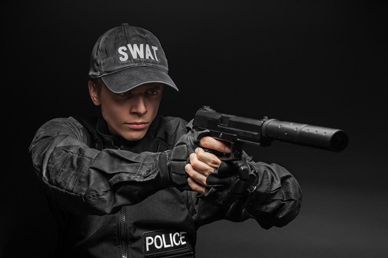 壁紙 手槍 男性 灰色背景 警察 制服 棒球帽 抑制器 陆军 下载 照片
