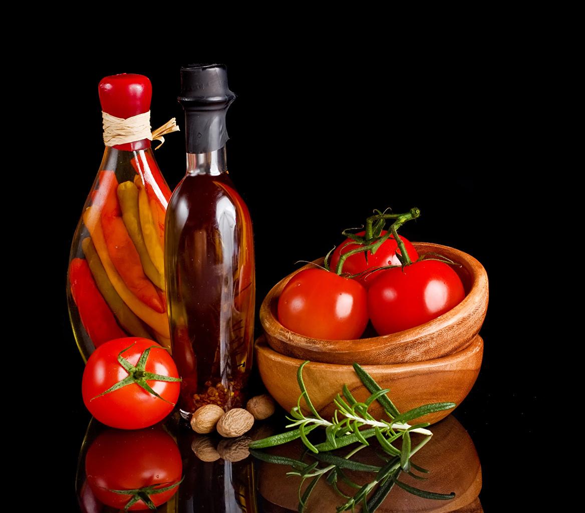Foto Pomodori Una ciotola Riflessione Cibo Peperone bottiglie Noci Sfondo nero riflesso alimento Bottiglia