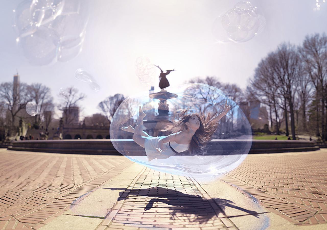 Tapeta na pulpit Soap bubble młode kobiety Ulica Azjaci kreatywny Lot dziewczyna Dziewczyny młoda kobieta azjatycka Kreatywne oryginalne latająca