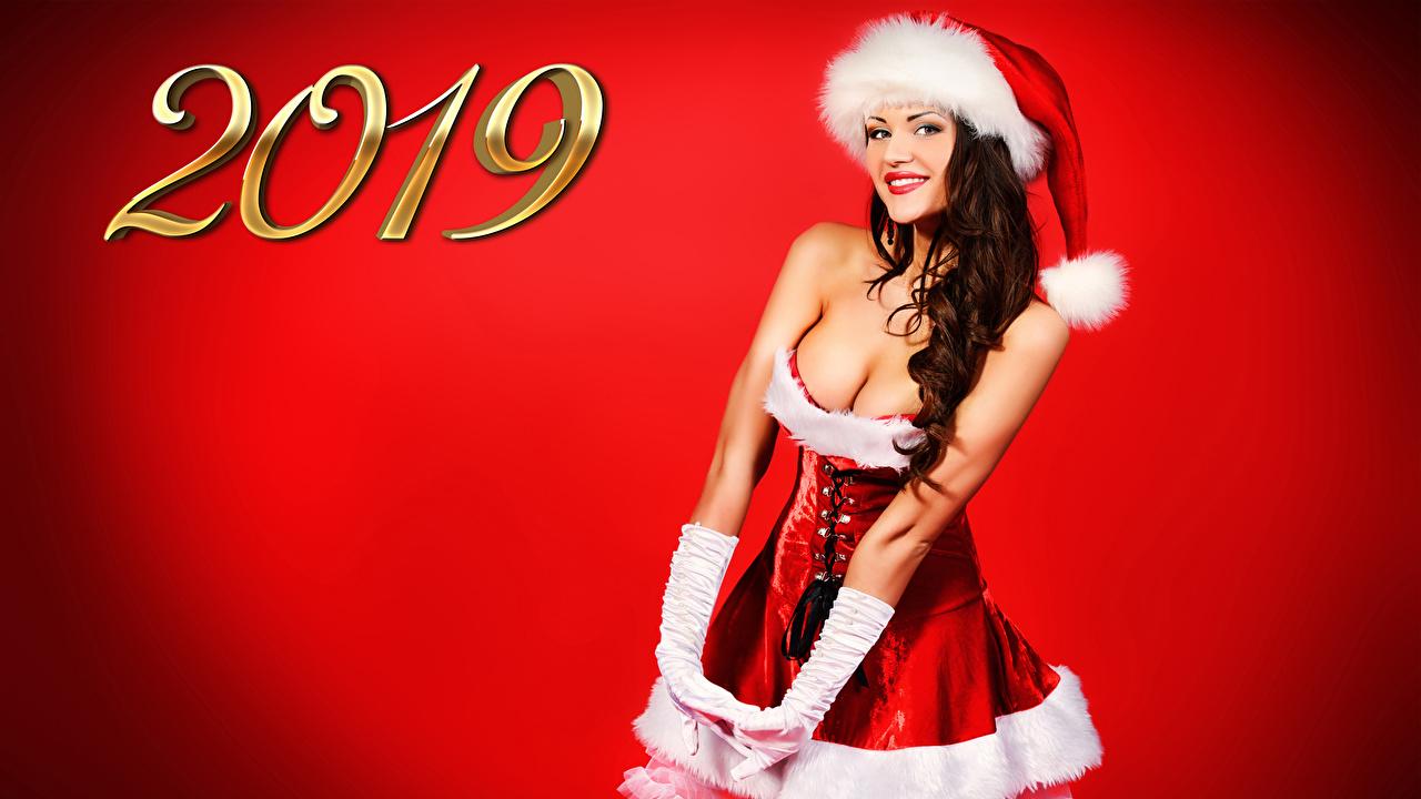 Fotos von 2019 Neujahr Braunhaarige Lächeln Mütze junge Frauen Uniform Starren Roter Hintergrund Braune Haare Mädchens junge frau Blick