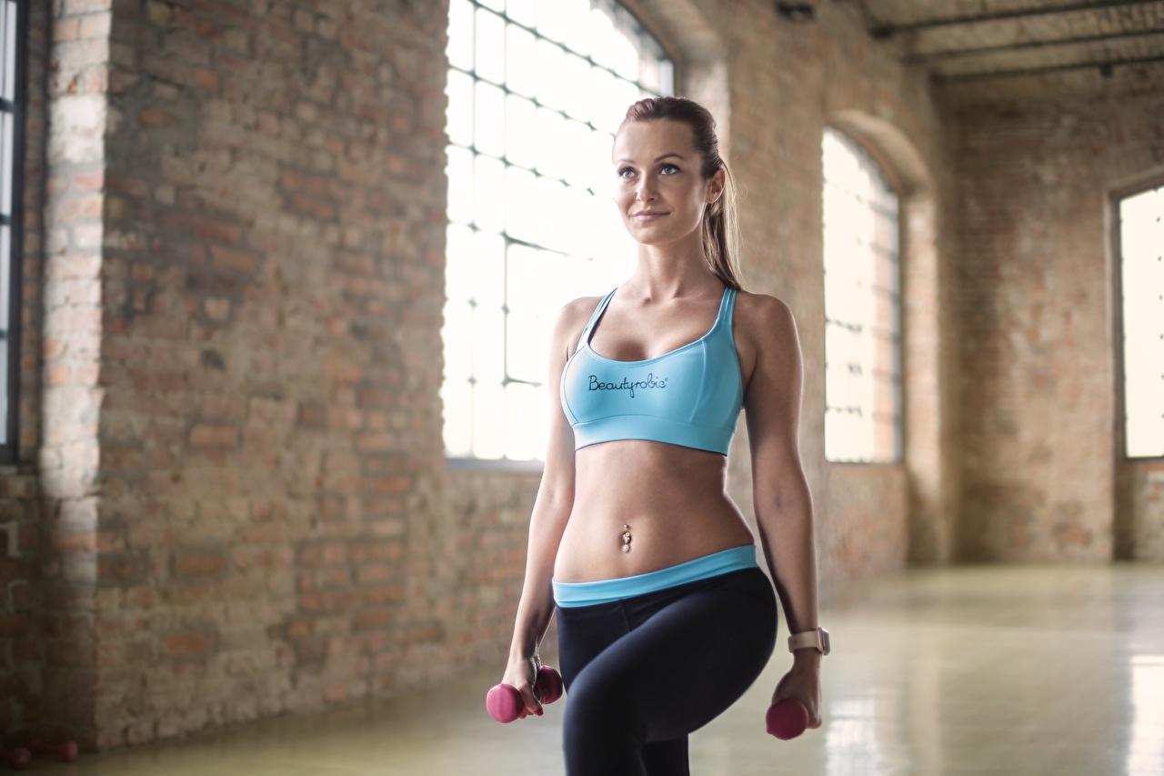 Fotos von Trainieren Fitness Sport Hantel junge frau Bauch Uniform Körperliche Aktivität Hanteln Mädchens sportliches junge Frauen