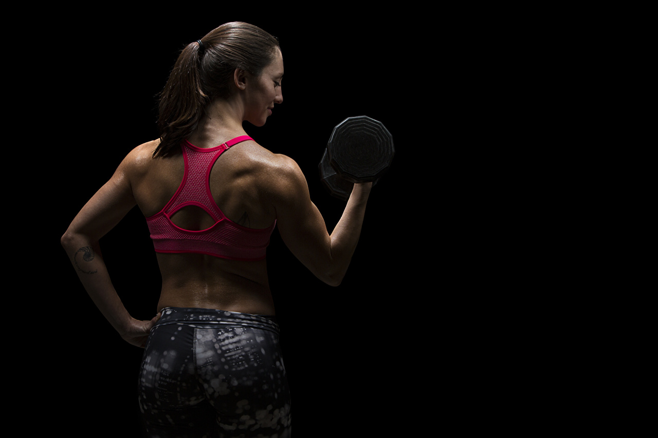 Фотографии физическое упражнение Спина Фитнес Спорт девушка Гантели рука на черном фоне Тренировка тренируется спины Девушки гантель гантеля гантелей гантелями спортивный спортивные спортивная молодые женщины молодая женщина Руки Черный фон