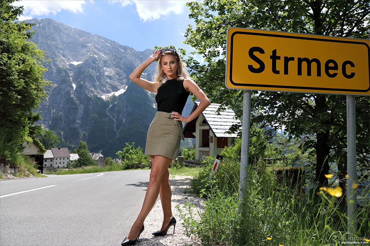 Desktop Hintergrundbilder Cara Mell Rock Blondine Pose junge Frauen Bein Unterhemd Starren Blond Mädchen posiert Mädchens junge frau Blick