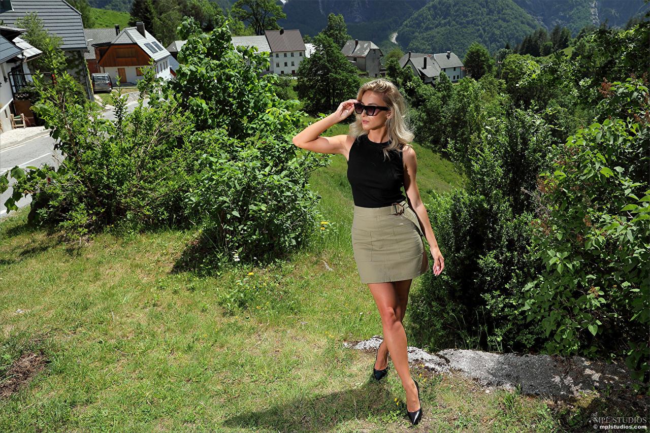 Desktop Hintergrundbilder Cara Mell Rock Blond Mädchen posiert Mädchens Bein Unterhemd Brille Starren Blondine Pose junge frau junge Frauen Blick