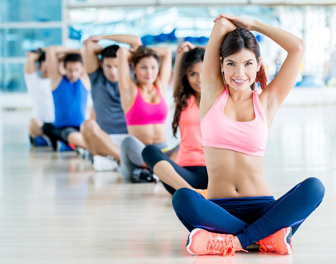 zdjęcie Brunetka Joga Uśmiech pozować Fitness Sport młode kobiety Nogi Ręce Brzuch siedzą Uniform jogi Poza sportowe sportowy dziewczyna Dziewczyny młoda kobieta Siedzi