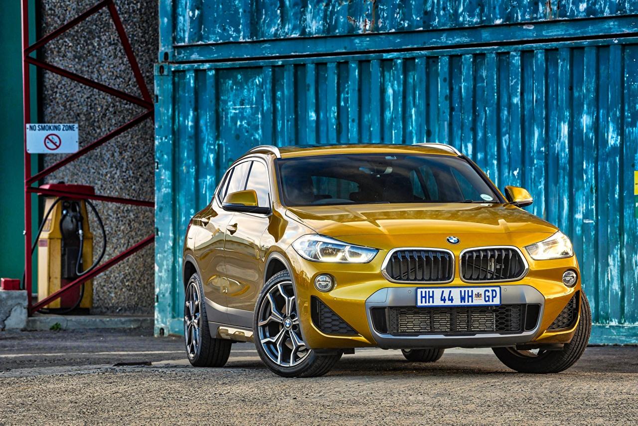 Foto BMW Cross-over auto X2 F39 Gouden kleur Auto Vooraanzicht auto's automobiel