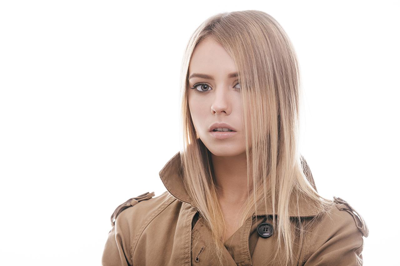 Hintergrundbilder Blondine Mädchens Starren Weißer hintergrund Blond Mädchen Blick
