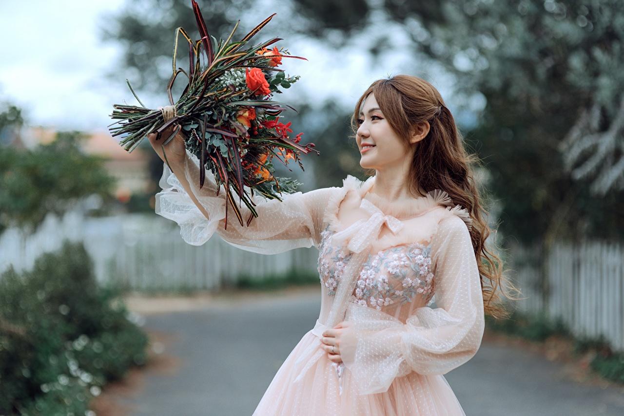 Bilder Braunhaarige Lächeln Bokeh Sträuße Mädchens Asiatische Kleid Braune Haare unscharfer Hintergrund Blumensträuße junge frau junge Frauen Asiaten asiatisches