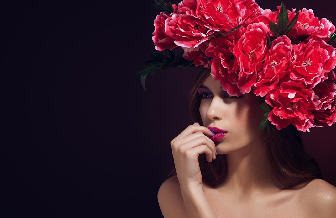 Bilder Model Maniküre Schminke Kranz Mädchens Kreativ Hand Make Up junge frau junge Frauen kreative originelle