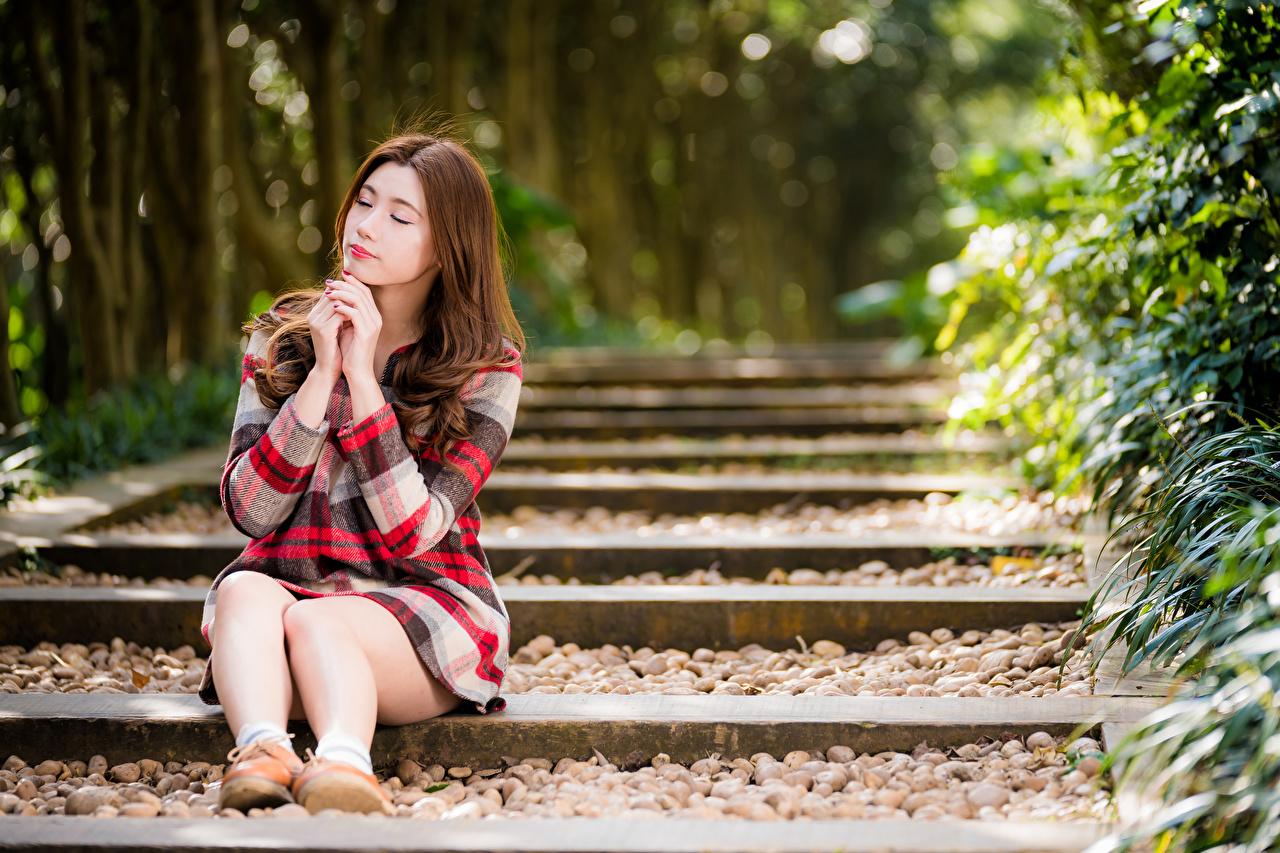 Foto Braune Haare Bokeh junge frau Bein asiatisches Sitzend Kleid Braunhaarige unscharfer Hintergrund Mädchens junge Frauen Asiaten Asiatische sitzt sitzen