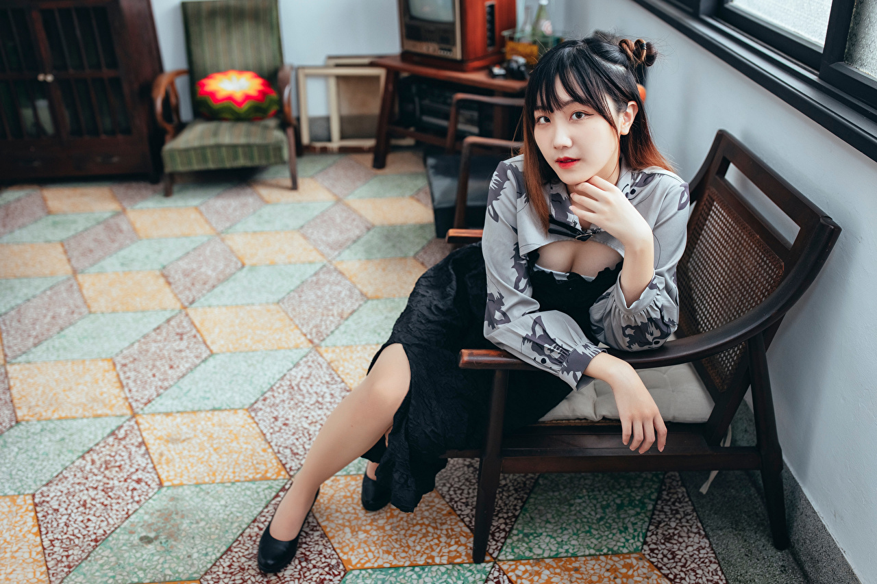 Fotos junge frau Asiatische sitzen Sessel Starren Mädchens junge Frauen Asiaten asiatisches sitzt Sitzend Blick