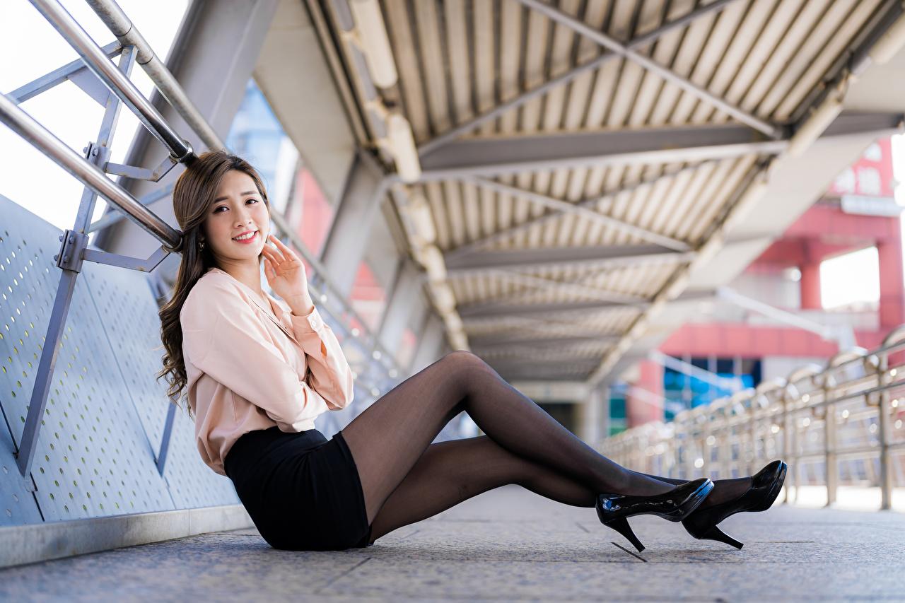 Bilder Strumpbyxor Leende ung kvinna Ben Asiater Sitter ser Dam klackar Unga kvinnor asiatisk Blick