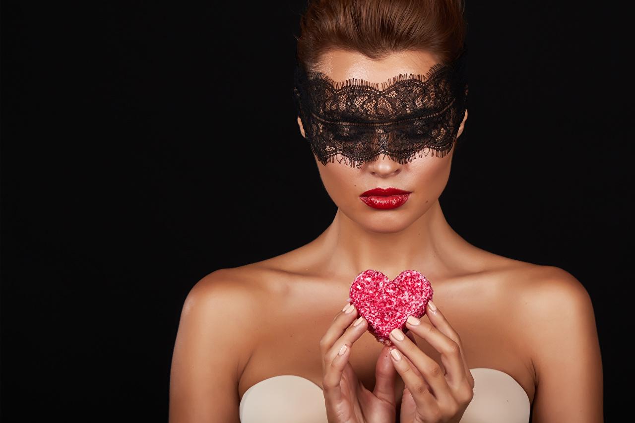 Foto Valentinstag Herz Mädchens Maske Finger Schwarzer Hintergrund