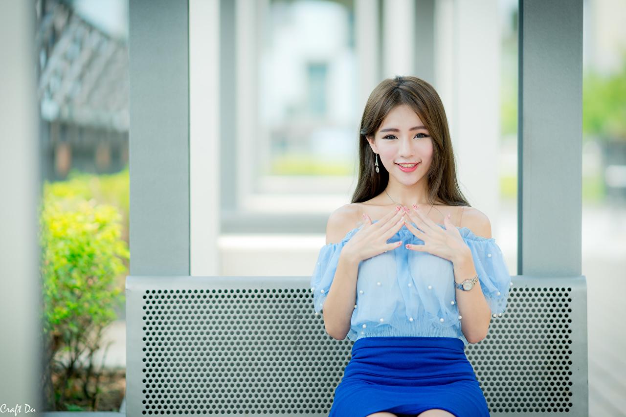 Afbeelding Bruin haar vrouw Glimlach Gebaar Bokeh Jonge vrouwen aziatisch Handen Kijkt onscherpe achtergrond jonge vrouw Aziaten hand
