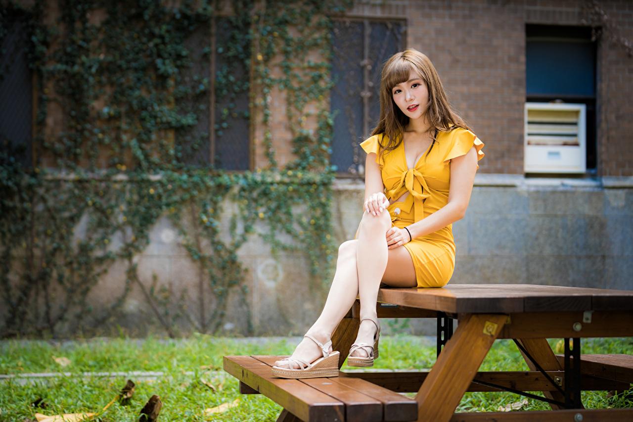 Foto Mädchens Bein Asiaten Tisch Sitzend Blick Kleid junge frau junge Frauen Asiatische asiatisches sitzt sitzen Starren