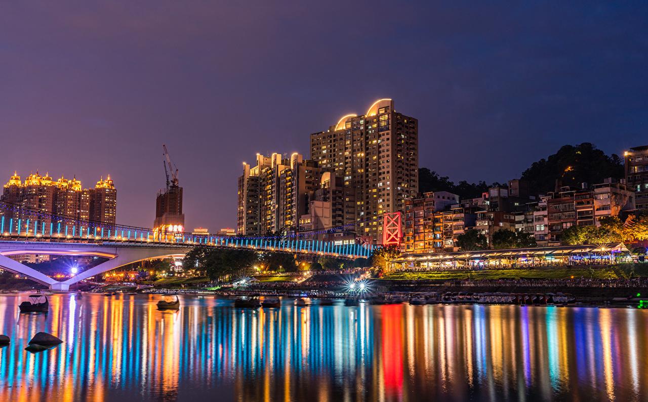 Tapety Promienie światła Tajwan New Taipei most Noc rzeka Przystań Miasta budynki Mosty Rzeki w nocy Domy miasto budynek