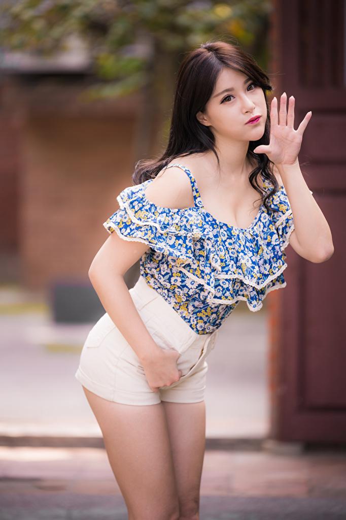Foto Braunhaarige Pose Bluse Mädchens Asiaten Hand Shorts Starren  für Handy Braune Haare posiert junge frau junge Frauen Asiatische asiatisches Blick