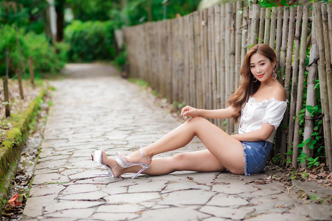 Bilder Bokeh Bluse junge Frauen Bein Asiatische sitzt Shorts Starren unscharfer Hintergrund Mädchens junge frau Asiaten asiatisches sitzen Sitzend Blick