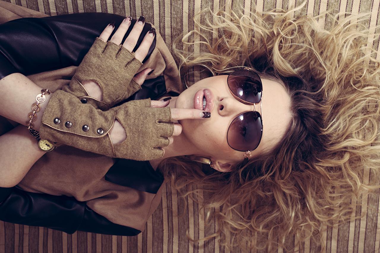 Fotos Braune Haare Maniküre Handschuh Haar junge Frauen Hand Brille Braunhaarige Mädchens junge frau