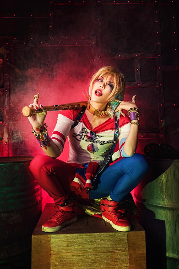 Bilde Blonde Harley Quinn helt Cosplay Baseballbat Unge kvinner asiatisk Sitter  til Mobilen Blond jente ung kvinne Asiater