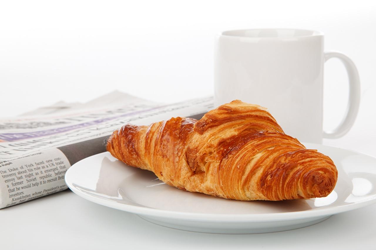 Fotos Croissant Teller Becher Lebensmittel Großansicht das Essen hautnah Nahaufnahme