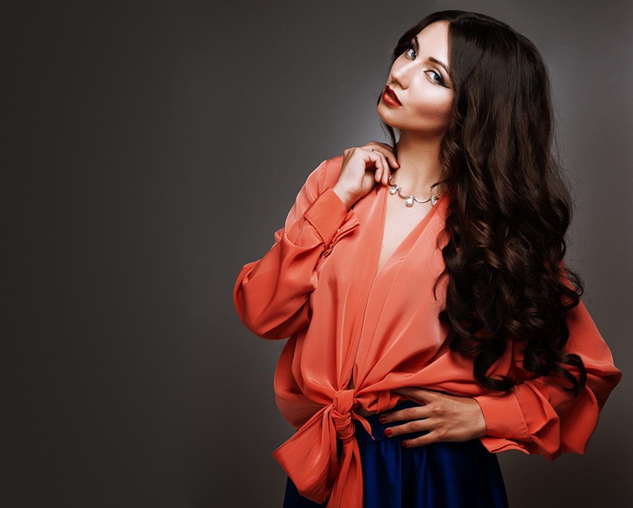 Bilder von Brünette Model Make Up Bluse Haar Mädchens Hand Blick Schminke junge frau junge Frauen Starren