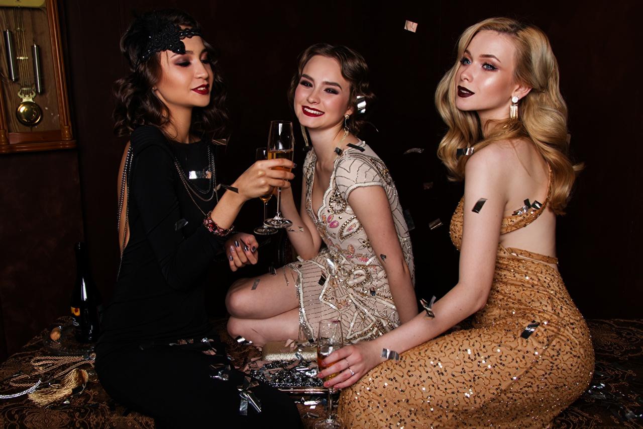 Trois 3 Blondeur Fille Les robes S'asseyant Bouteille Verre à vin Sourire Glamour bouteilles, assise, assis, assises Filles