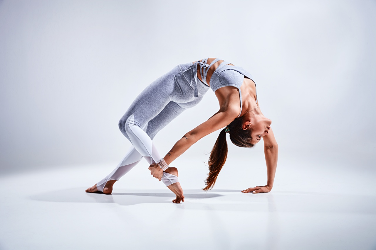 Foto Dehnübungen Pose Fitness Gymnastik junge frau Bein Hand Dehnübung posiert Mädchens junge Frauen